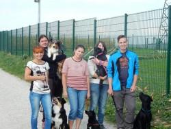 nach der Prüfung: v.l.n.r.: Viktoria mit Amigo (BH), Leo mit Emily (BH), Regina mit Nera (BgH-1), Melanie mit Nelly (BH), Patrick mit Pablo (BH)